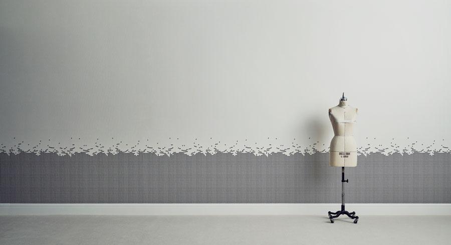 イギリスの伝統的な柄である千鳥格子柄。それを分解するとどうなるか……。『SCATTERED BE CHIDORI』を遠くから見るとグレーの腰板と白の壁紙のように見える。品番:RE-7336(横貼り)