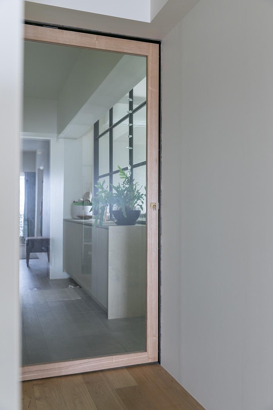 玄関からベランダまで、光の通り道となるガラスのドア。