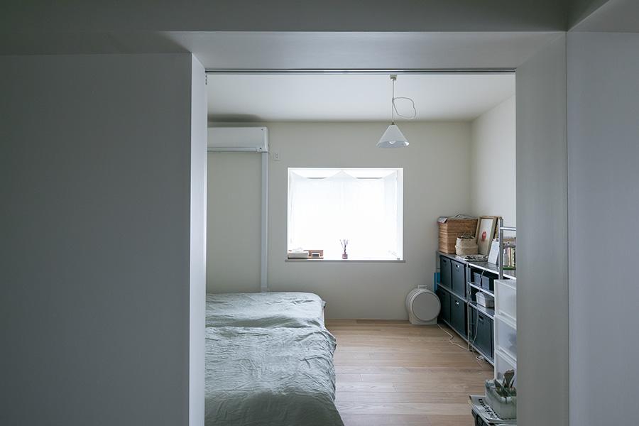 ベッドルームの出窓と梁、引き戸が重なって絵のフレームのよう。