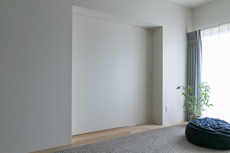 リビング横の居室の引き戸は閉めると壁の一部のように。