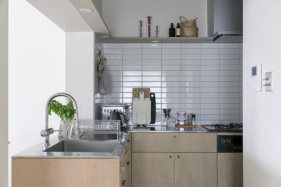 キッチンには白のサブウェイタイルを。目地がグレーのため、微妙な色調が出てやわらかな印象に。