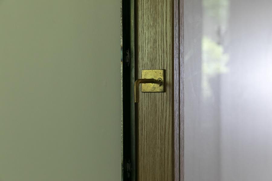 古い真鍮をあちこちに。こちらはフックを下向きに取り付けて、ドアの取っ手にしたもの。