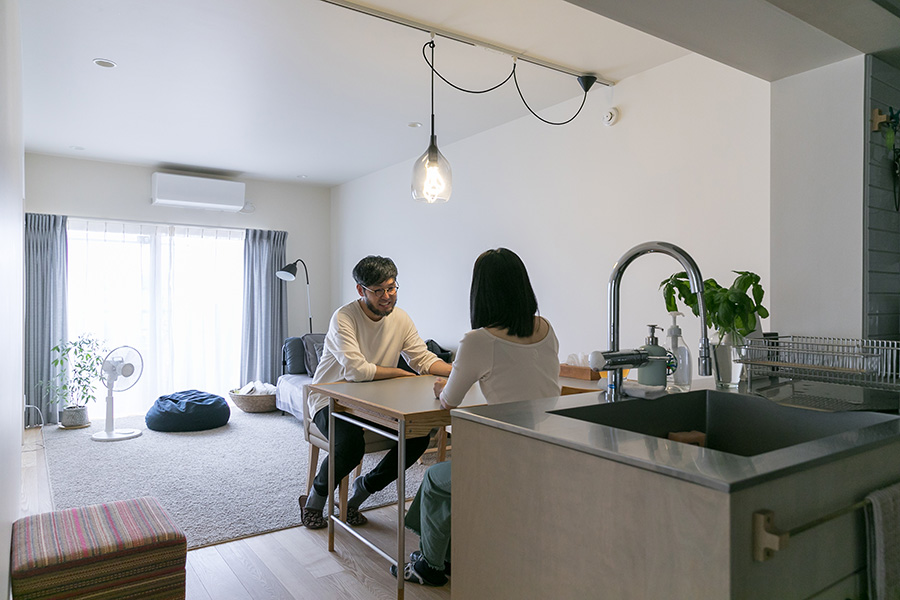 都心に近いのに郊外のような静かな環境で、クリエイティブな生活を楽しむオタニさん夫妻。妻の仕事先へのアクセスもよい。