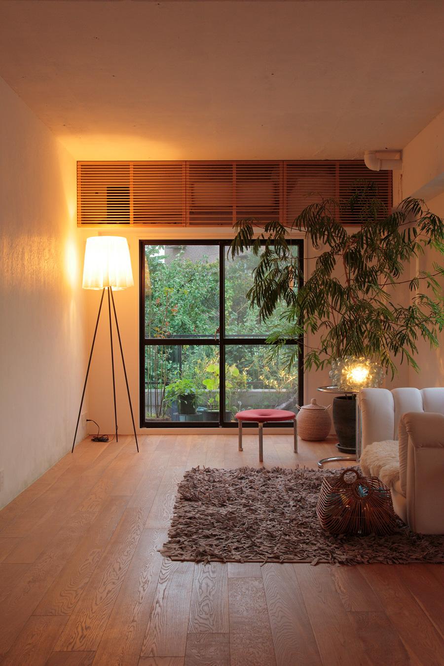リラックスしたいときには、部屋中を照らすシーリングライトよりもスタンドライトがふさわしい。