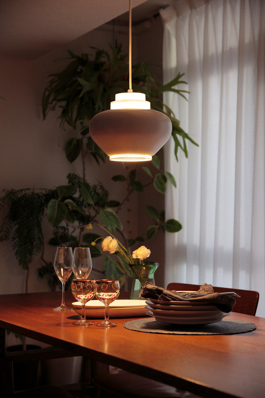ディナータイムはペンダントライトが暖かな食卓を演出。テーブルに合う大きさで、吊るす高さはテーブルの上からライトの下まで70cmくらいが一般的。