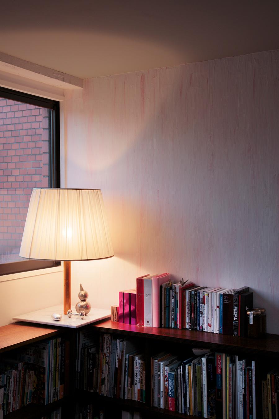 白熱ランプで100〜200W相当の、大きな容量のランプが入ったパワースタンド。いくつも照明器具をつけなくても明るさが確保できるのでおすすめ。