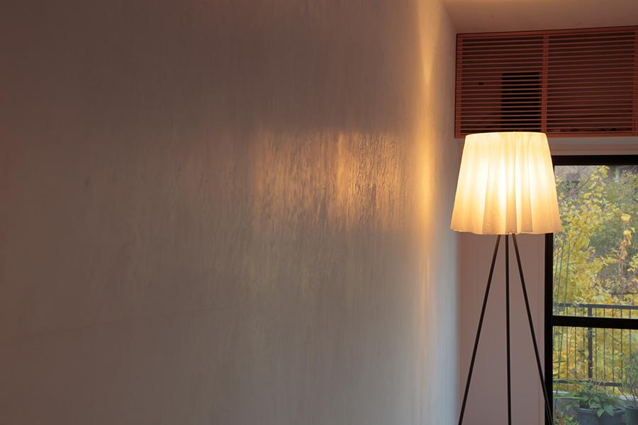 リビングの白い壁は漆喰仕上げ。微妙な凹凸が光を反射して陰影を生み、自然な味わいを出す。
