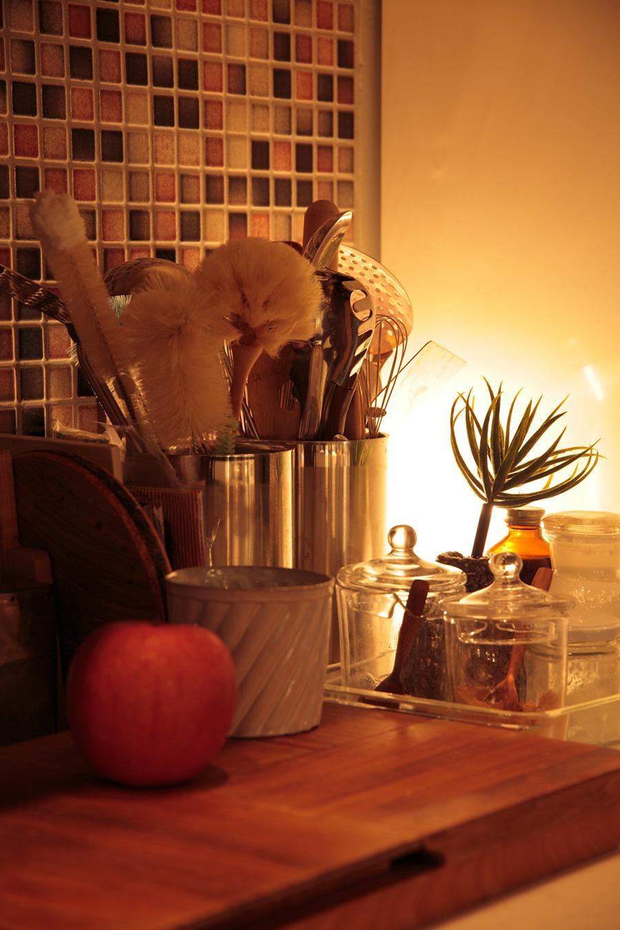 調理後は手元灯を消し、ブラケットライトやダウンライトをほんのりと灯して。調光で光量の調整をするのも有効。