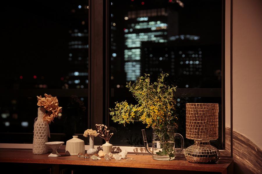 あかりを落とした夜の時間は、スポットライトで一部を照らすとムーディーに。壁にかけた絵などを照らしても素敵。