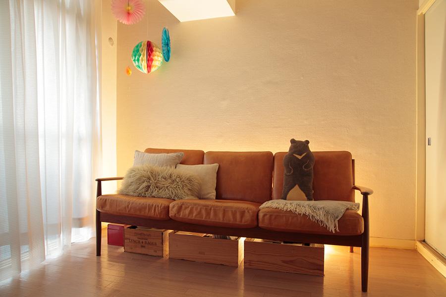 ソファーの背後に床置きの間接照明を。ソファーを壁から少し離すことで光の通り道ができ、床から壁伝いに光が広がってアッパーライトになる。