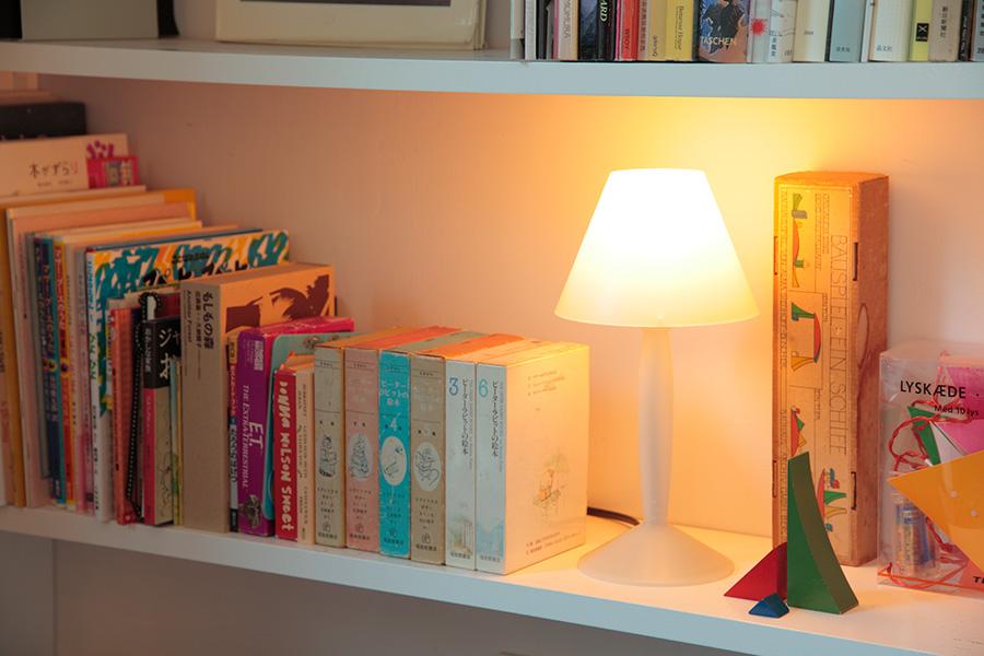 本棚の一角に小さなスタンドライトを。まわりの本や小物を照らし、本棚がディスプレイ棚のようにチェンジ。