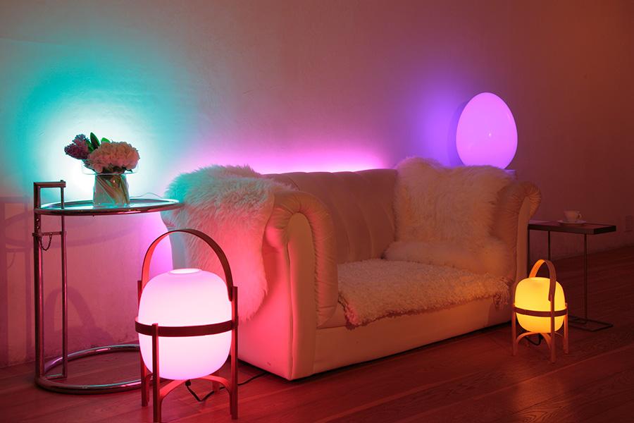 LEDのカラーランプでカラフルに。映画を観るときやパーティーなど、いつもと違う雰囲気を演出してくれる。