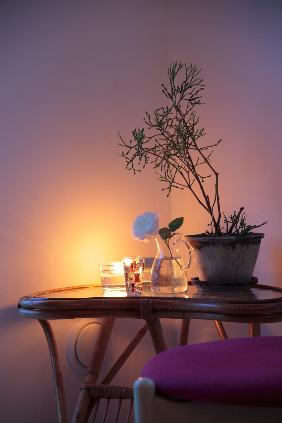 """コーナーの暗がりや部屋の入り隅、デッドスペースなどに小さなライトをしのばせる""""かくれんぼライト""""。照明器具が隠れていることでより幻想的な雰囲気を出してくれる。"""