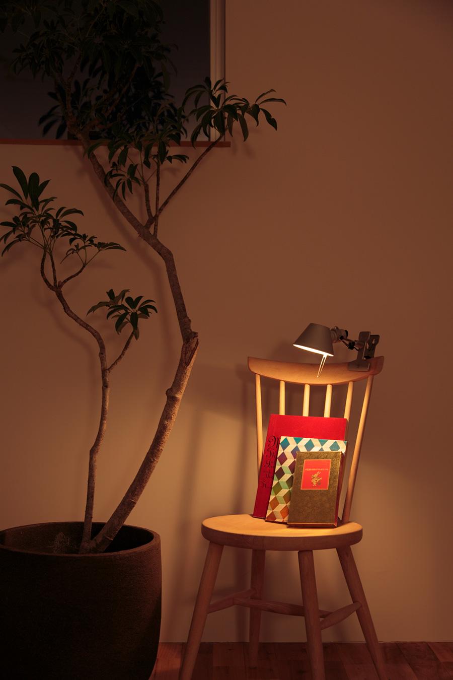 椅子の背もたれや棚など、様々なところに挟めるクリップライト。小型でシンプルなものがあれば使いやすく、簡単な間接照明として、ディスプレイコーナーのライトとして活躍。