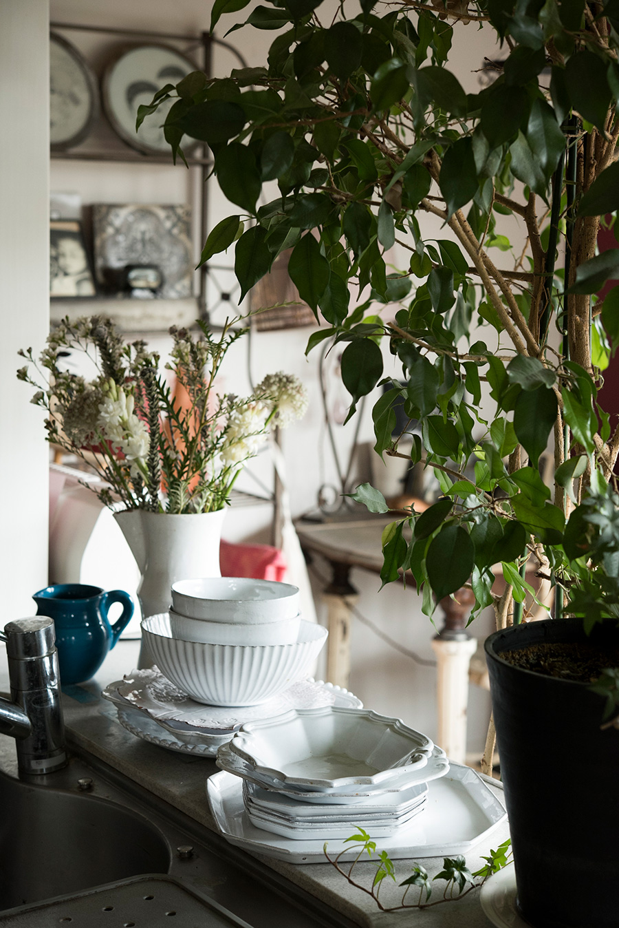 アスティエ・ド・ヴィラットの陶器を普段使い。「子供たちにも美しいものに触れてほしいんです」。