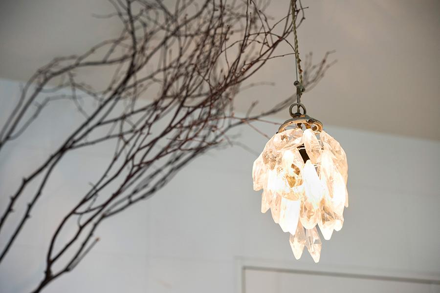 ペンダントライトからの光が、枯れ枝を壁に投影。夜はより幻想的な雰囲気。
