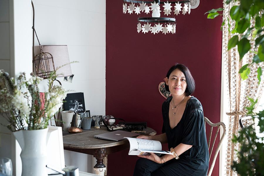 クリエイティブディレクター丹地良子さん。個人宅や国内外アーティストのプライベートルーム、ショップのプロデュースなどを手がけるmuin代表。