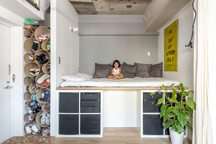 玄関横に設けたベッドスペース。下は収納棚。