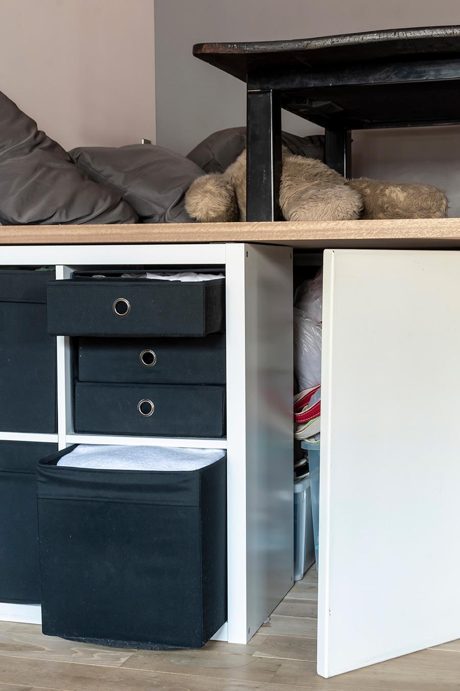 ベッド下の収納棚は、IKEAのアイテムで揃えた。