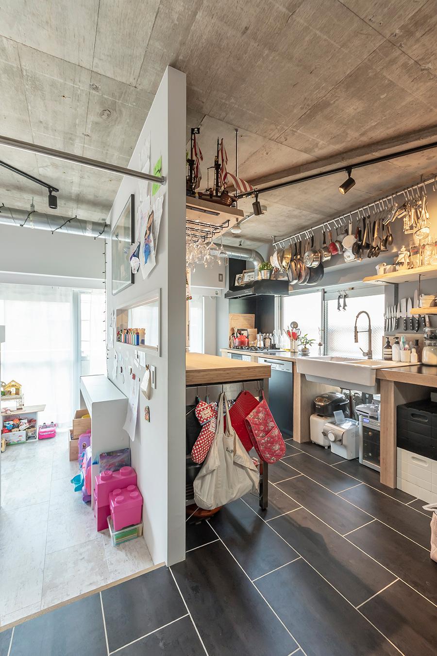 キッチンと子供部屋を仕切るパーテーション。