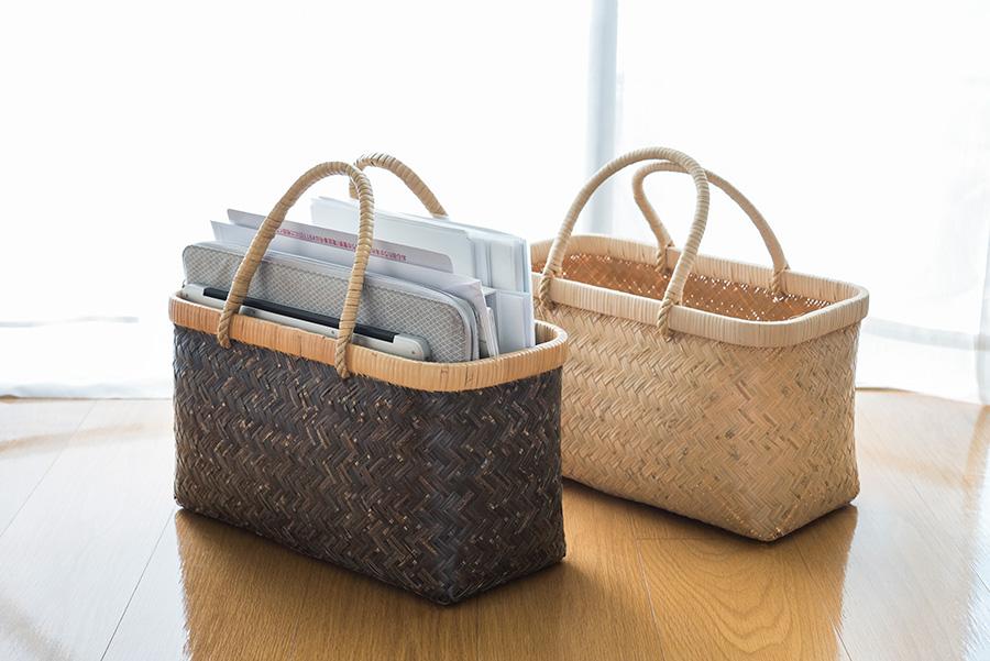 市場かごは丈夫な上に、色々な用途に使えるのでお気に入りのアイテム。書類ケースとしても使用し、ダイニングテーブルの脇に置いたりそのまま持ち出ししたり、と何かと重宝。