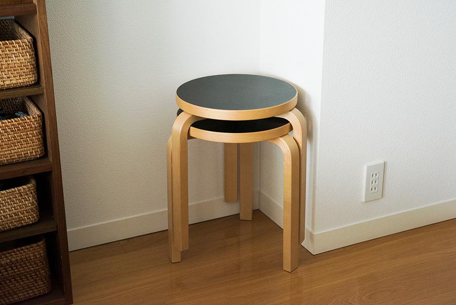 スタッキングできて場所を取らないartekのスツール。座面がフラットなため、イスとしてだけでなくコーヒーテーブルになったり、グリーンを飾る台になったりと活躍してくれる。