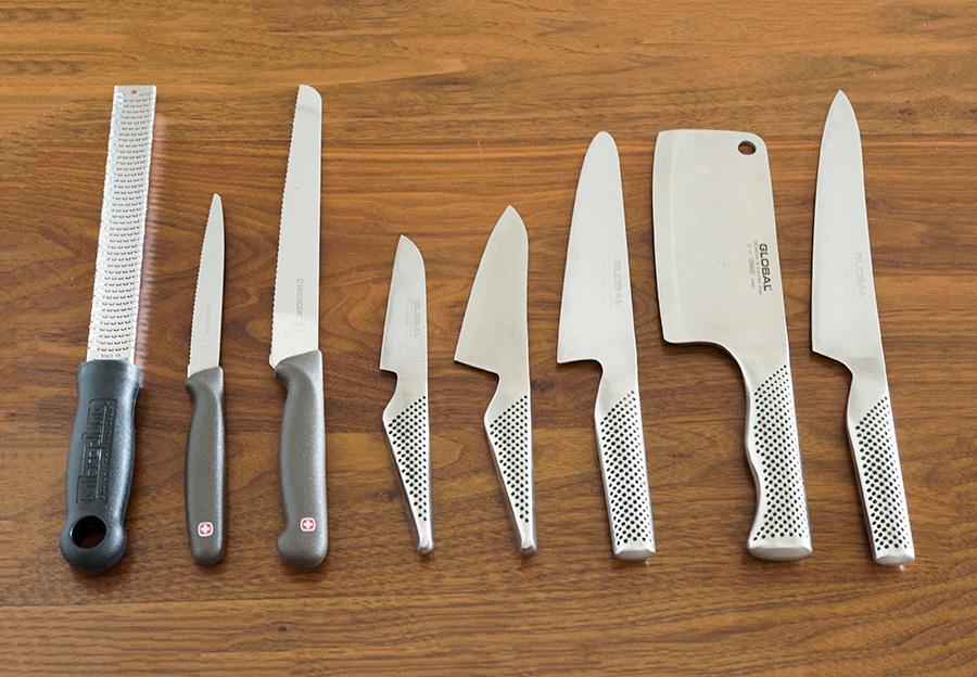 GLOBALの包丁は、骨切り用からペティーナイフまで揃える。WENGERはパン切りナイフが切りやすくて優れもの。左端はMicroplaneのゼスターグレーター。オレンジやレモンの皮むきに使うほか、チーズを擦りおろしてもフワフワに。