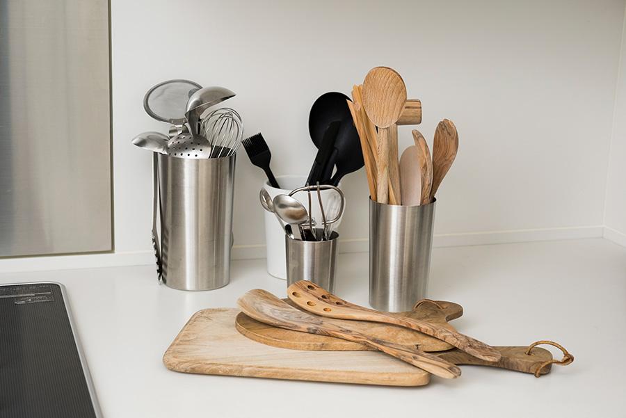 3つの素材感で揃えられたキッチングッズ。キッチン台にそのまま出しておいても様になる。
