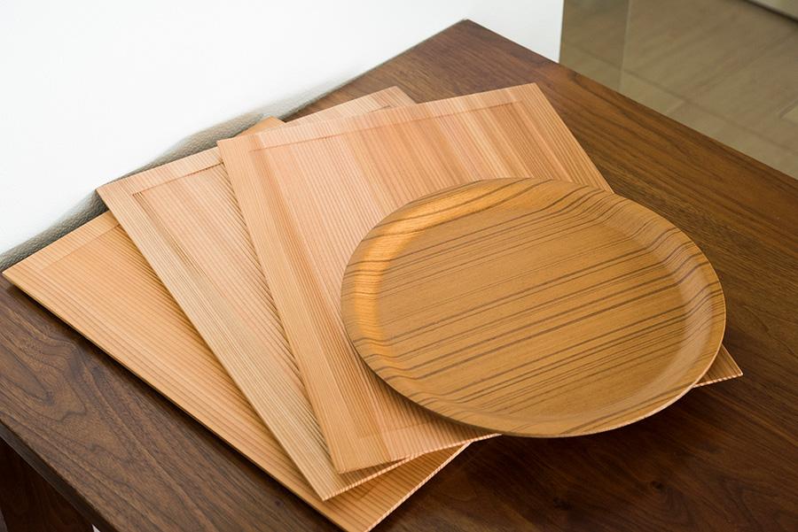 ランチョンマットを敷き、秋田杉などの木のトレーを置いて食事をすることが多いとか。丸いトレーはSAITO WOOD。