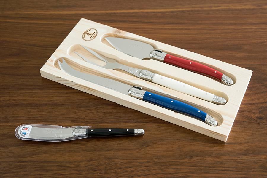 Laguioleのチーズ用のナイフ。赤はハードチーズ、青はソフトチーズ、白はサービング用。黒はクリームチーズやバターに。
