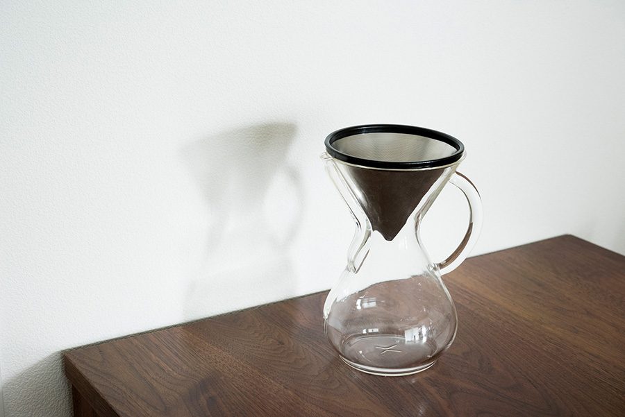 紙フィルターがない時に便利な、ケメックスのKONEフィルター。コーヒーも豆から挽いて楽しんでいる。
