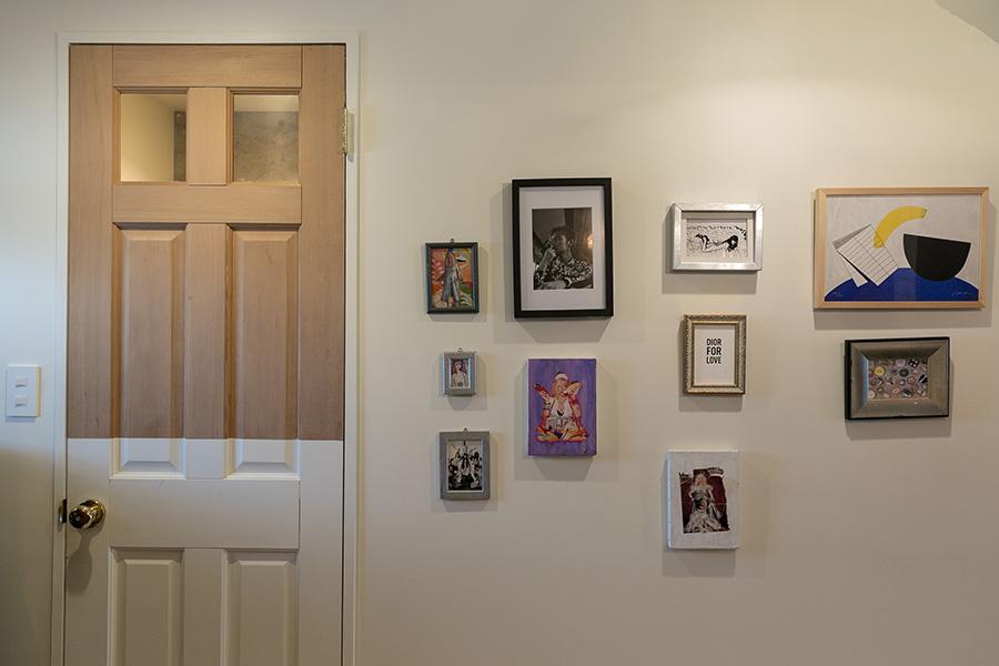 ドアの下半分を白にペイントするユニークなアイディア。好きな絵を飾り、現代アートのギャラリーのような壁面になっている。