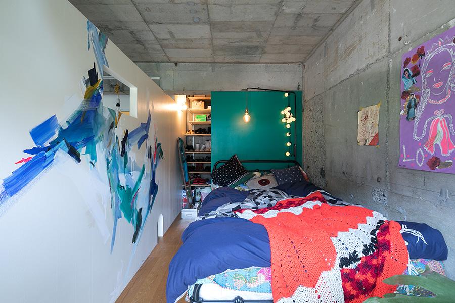 「グリーンの壁はベンジャミンムーアのペイントを使って自分で塗りました。左側の絵は友人のイラストレーター、佐々木香菜子さんに最近描いてもらったものです。インテリアも絵も少しづつ変えて楽しんでいます」