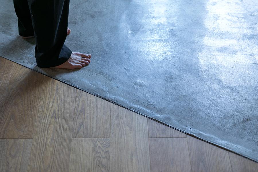 モルタルの床は、あえて凹凸をつけて表情が出るようにしたそう。
