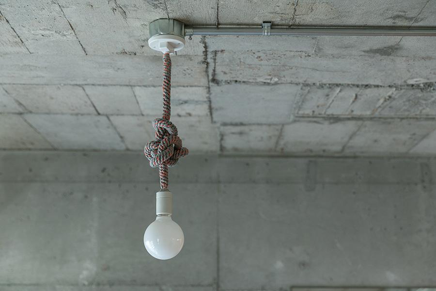 ソケットコードをクルクルと巻くアイディア。電球はシンプル。