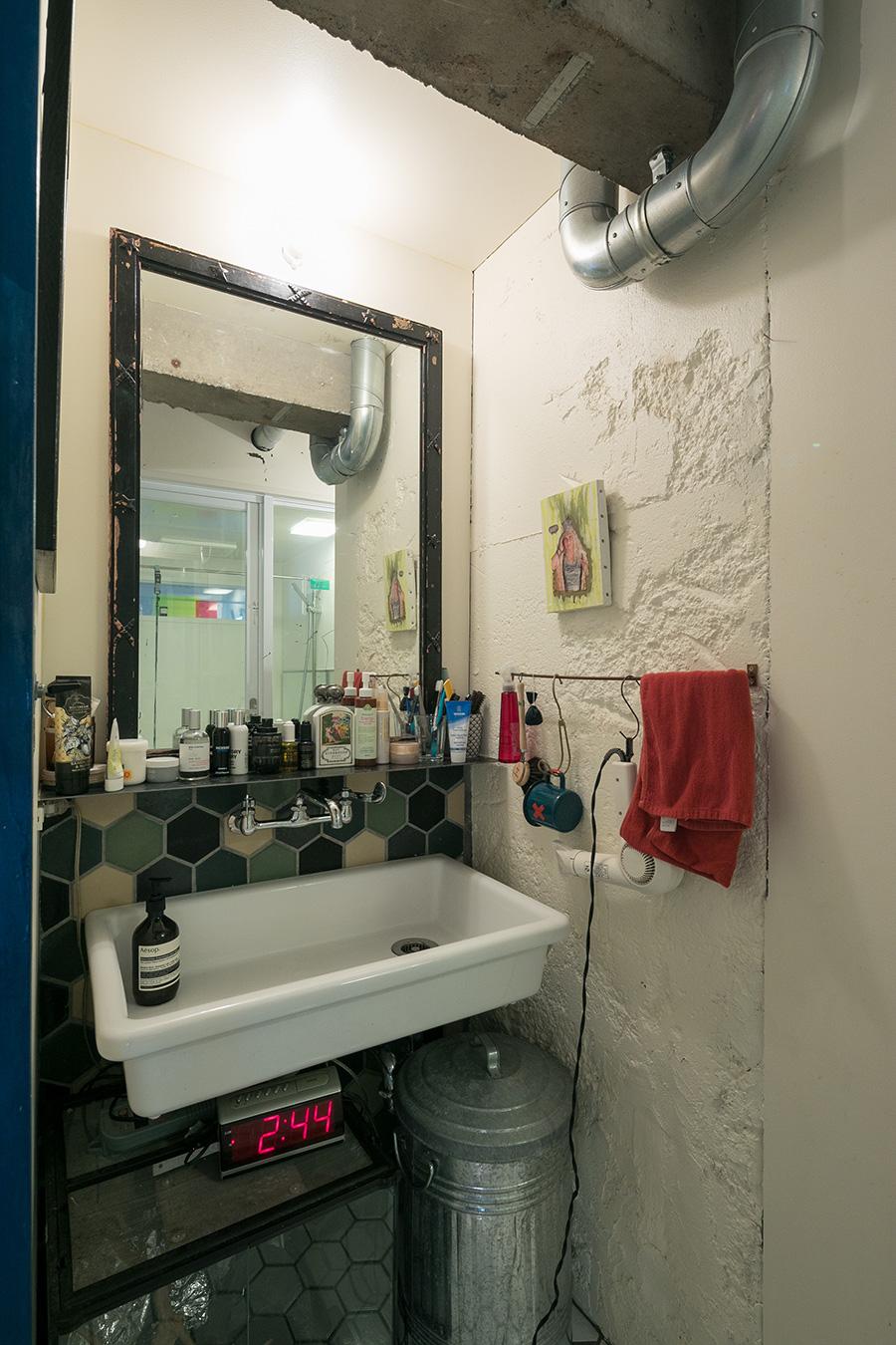 「タイルはタイル屋さんに同行させてもらって選びました。鏡は散歩中に見つけたヴィンテージです」
