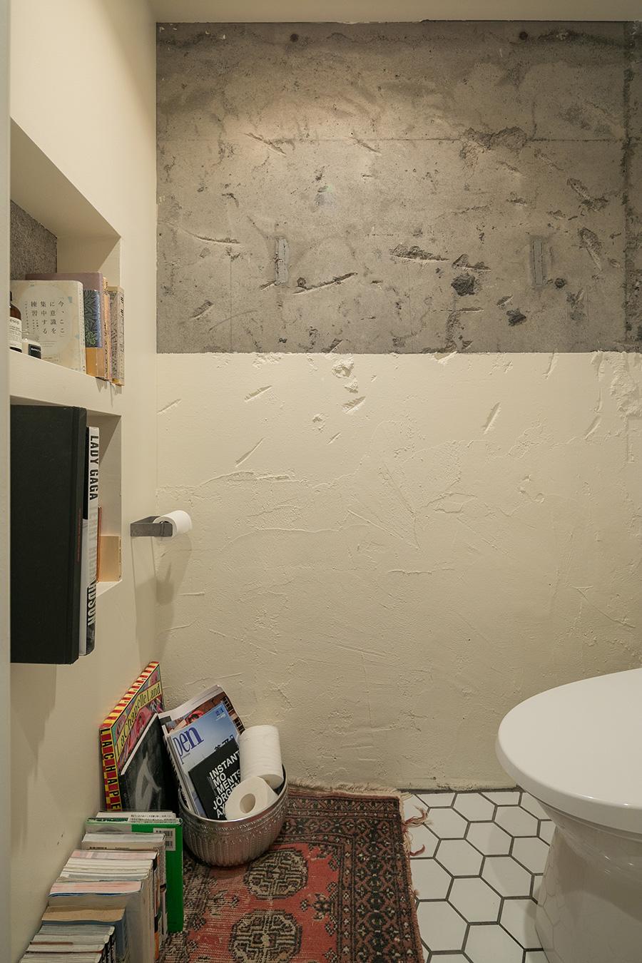 トイレの壁は一部だけコンクリートを残してペイントした。
