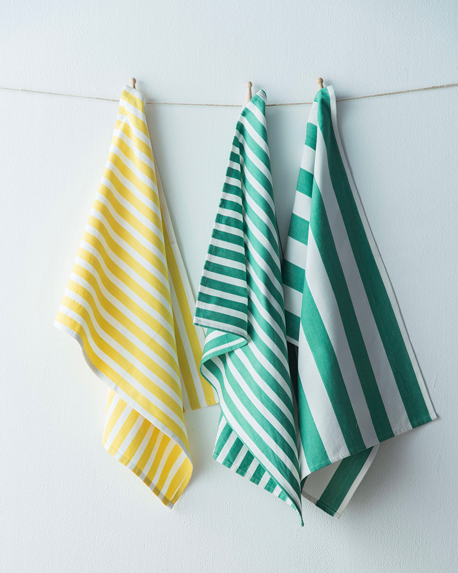 TEA TOWEL (左からYELLOW × WHITE2・GREEN × WHITE2・GREEN × WHITE3)各 ¥1,500 木製洗濯バサミ 各¥180