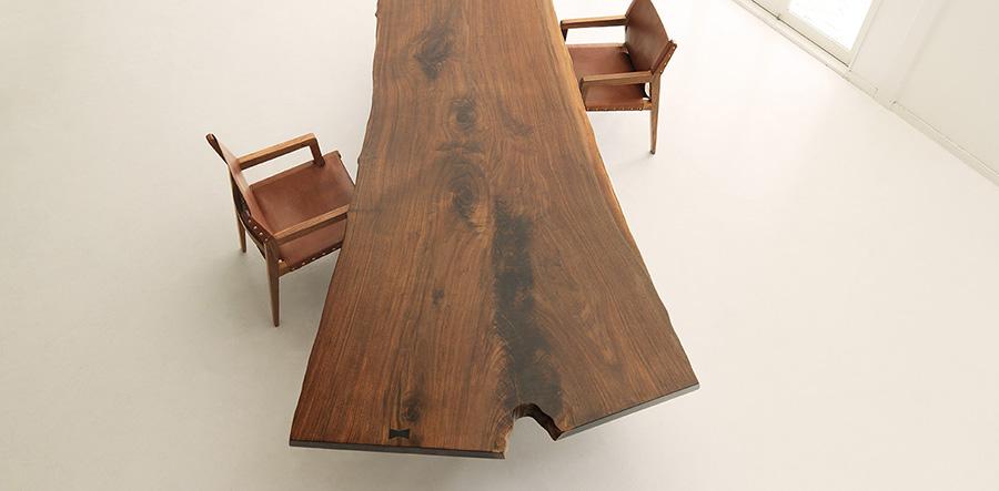 自然な造形をそのまま生かした一枚板のテーブル。圧倒的なウォールナットの存在感だ。