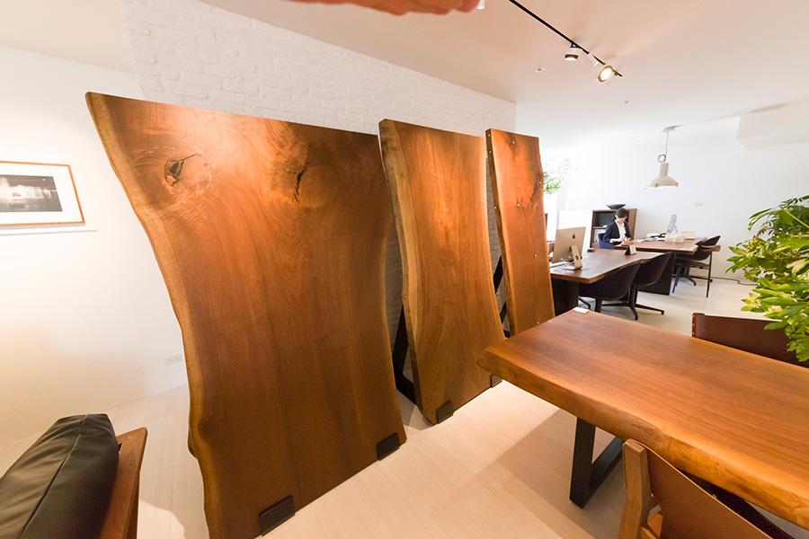 ウォールナットの一枚板はひとつづつ表情が違う。これをテーブルやベッド、ソファなどに仕上げてくれるのが『THE LIVE EDGE』のシリーズ。ストックは岡山のショールームで確認できる。