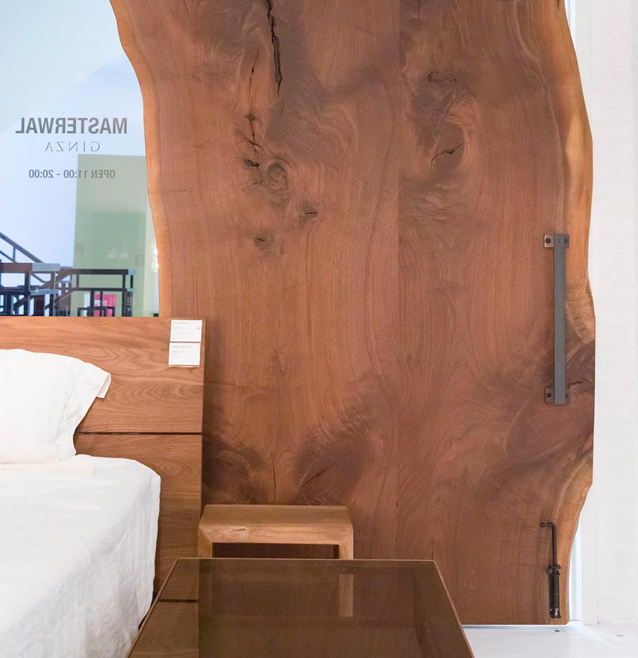 迫力ある木目を生かしたドアを作ることもできる。ひとつひとつの木目に物語が感じられる重厚なドアだ