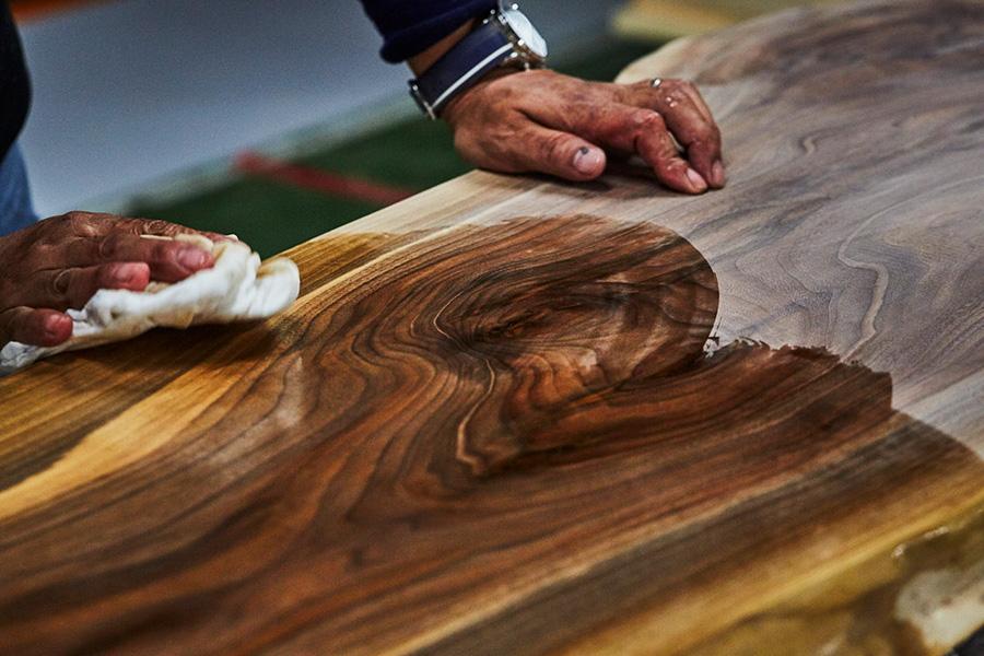 マスターウォールのほとんどの製品が木目の美しさを楽しめるオイル仕上げになっている。(c)2017 SATOSHI INOKUCHI