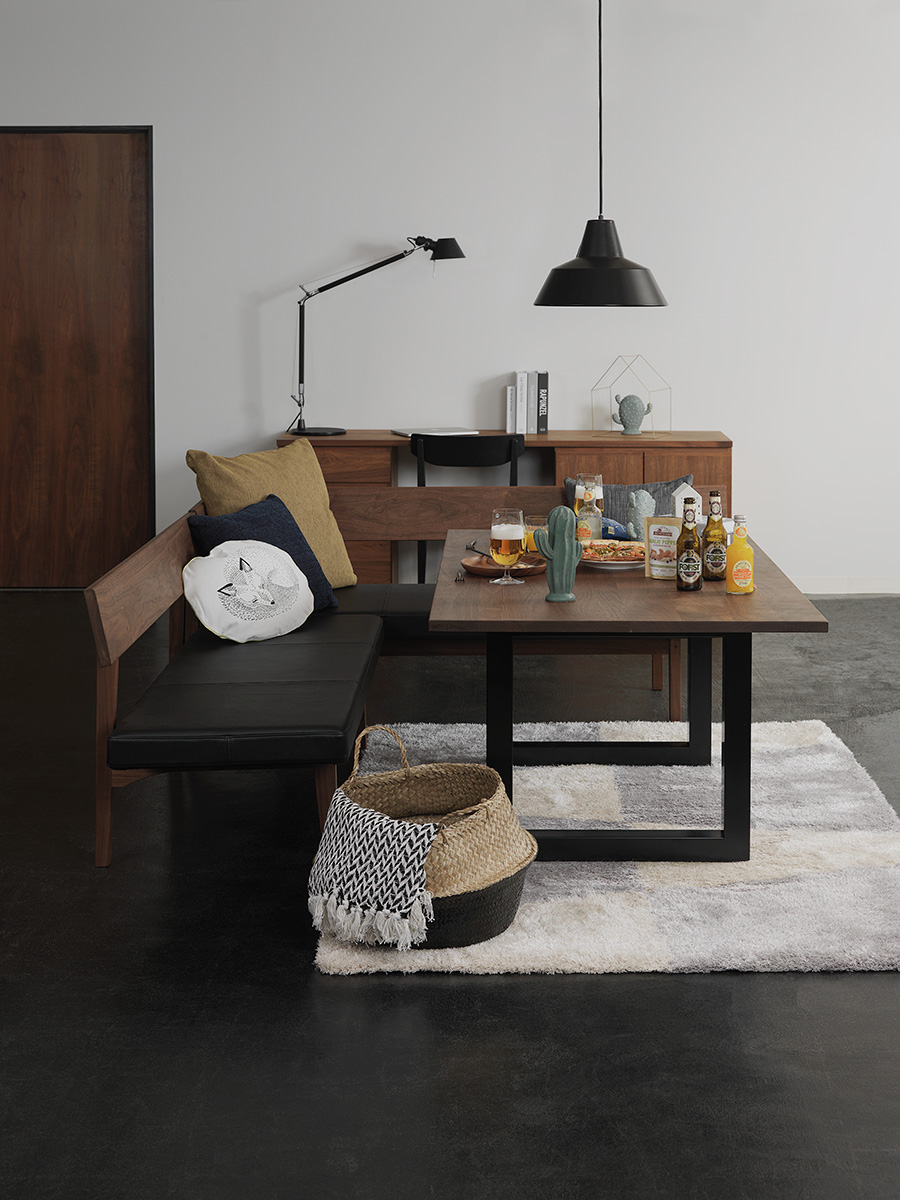 美しい木目のウォールナットの天板と、アイアンの脚を組み合わせたモダンなデザイン。ソファダイニングをコーディネイトできるローダイニングテーブル。