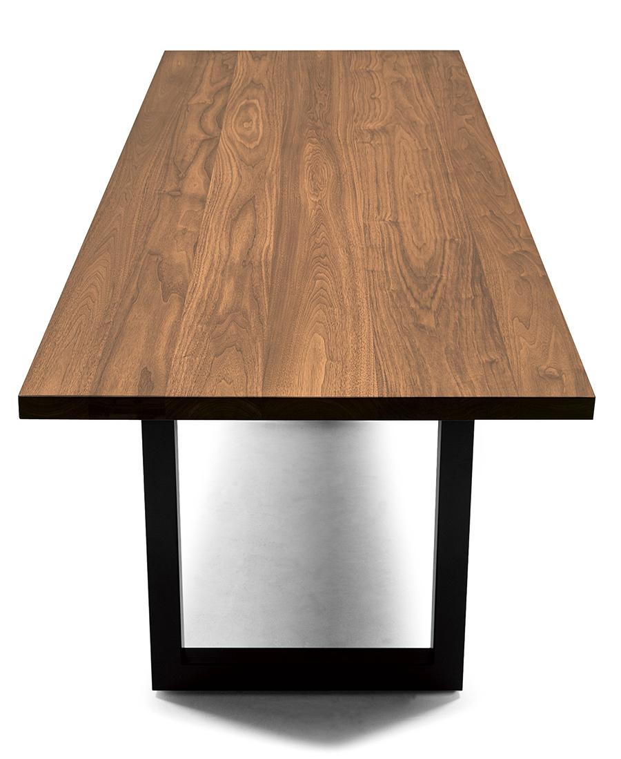1999年のマスターウォールの1stプロダクト。天板の厚みは、31mmと、しっかり厚みを持たせた41mmがある。アイアンの脚のカラーは6種類ある。脚を木の素材や、4本脚にも変更できる。低い脚を選べばローテーブルにすることも可能だ。