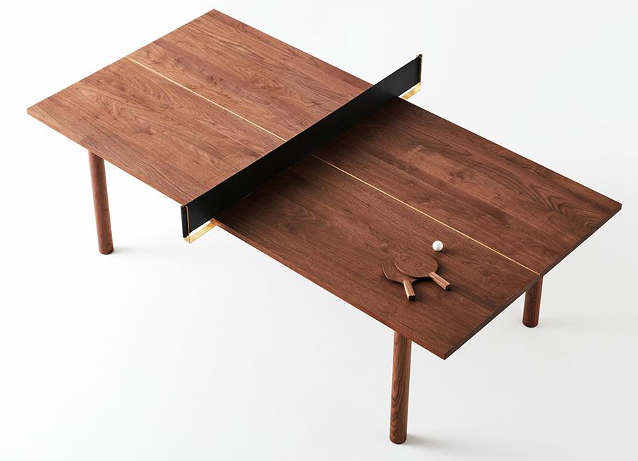 まさかの卓球台。真鍮の支柱と本革製のネットは簡単に取り外すことができる。パーティで盛り上がってきたらレッツ卓球!
