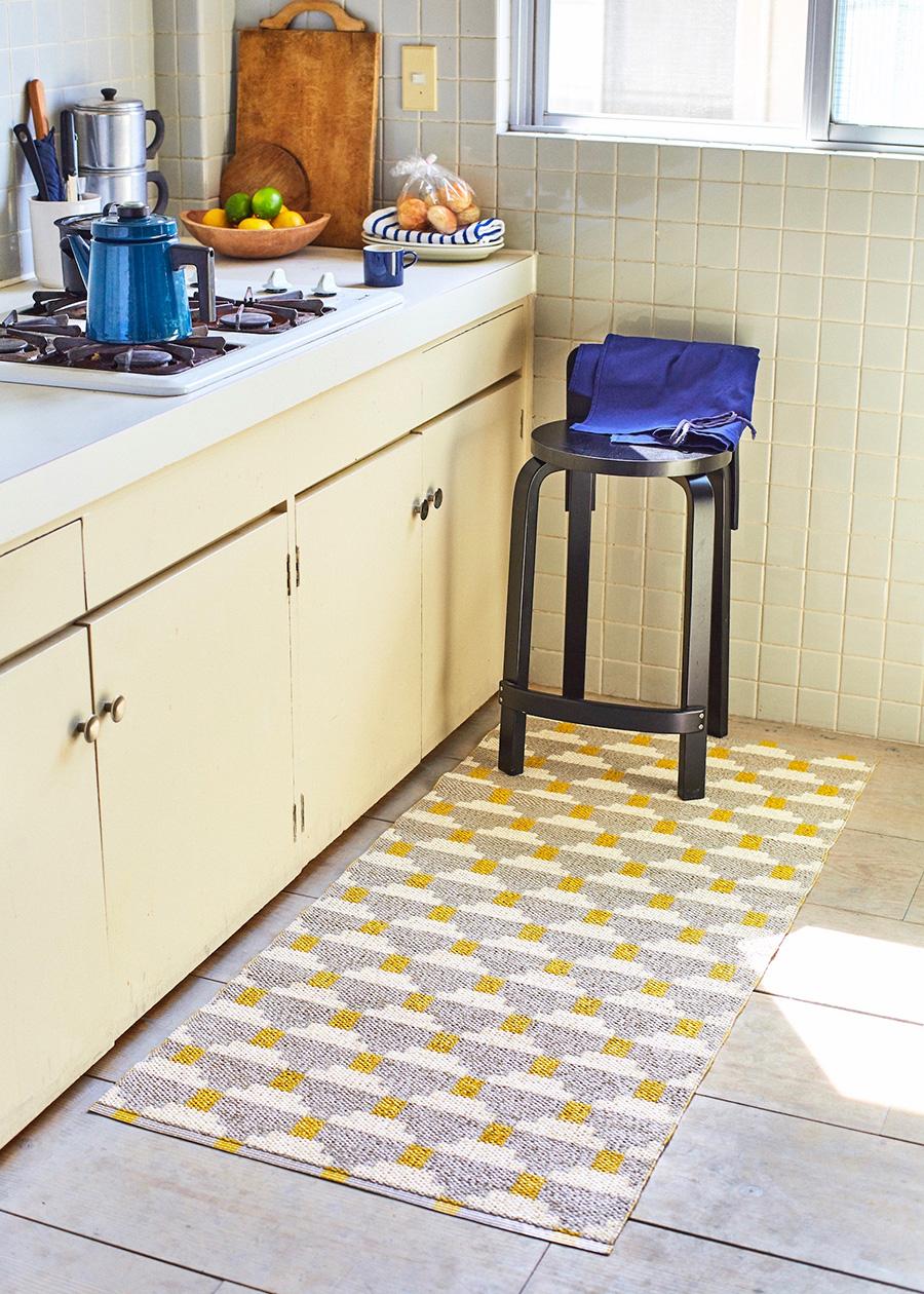 コンンフェクト(フォグ) 700×1500mm  ¥20,000 カラフルなラグで楽しいキッチン空間を。甘いグレーとアイボリーに、北欧らしいマスタードカラーが効いている。