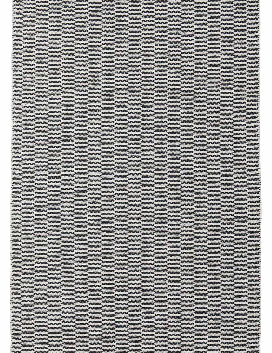 ペンバ(ベルーガ)は、規則的で細かいパターンなので無地感覚で楽しめる。モダンな空間に合いそう。