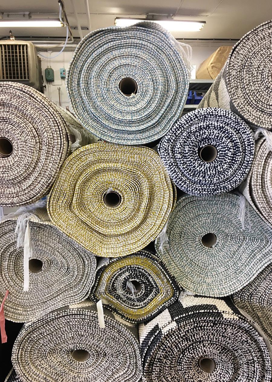 伝統的な製法で丁寧に織り上げられたプラスチックラグ。