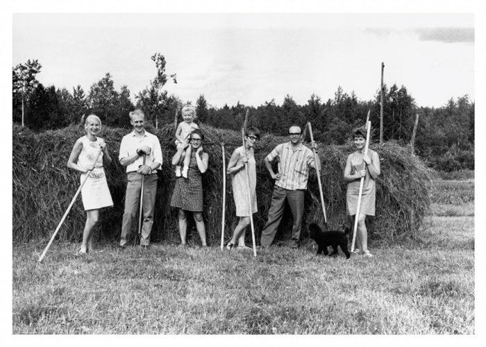1969年に、トルネダーレンの祖父母宅にて干し草を収穫した時の家族写真。