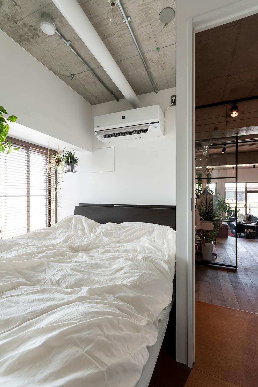 玄関横の階段の先はシンプルな寝室。